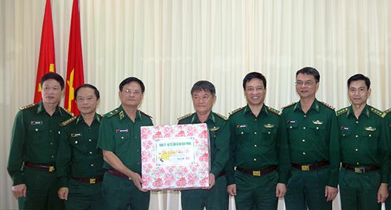Phó Tư lệnh BĐBPVN, Thiếu tướng Nguyễn Văn Nam tặng quà và chúc Tết Bộ đội Biên phòng tỉnh Quảng Nam.