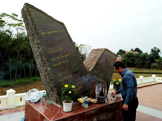 Dâng hương tại Bia tưởng niệm nhà văn - nhà báo Chu Cẩm Phong.
