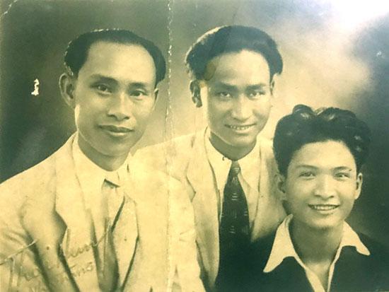Quách Tấn (trái) cùng Nguyễn Đình (giữa) và Chế Lan Viên năm 1941 tại Nha Trang. Ảnh do gia đình nhà thơ Quách Tấn cung cấp.