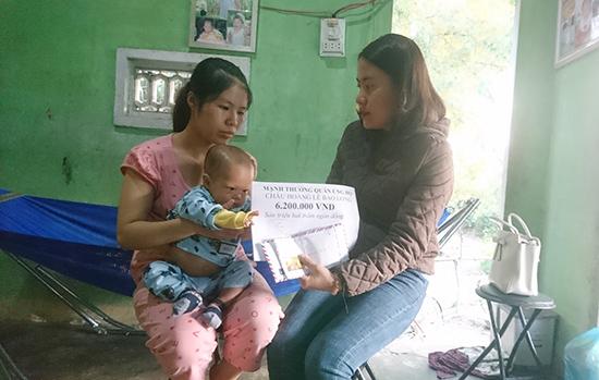 Gia đình cháu Hoàng Lê Bảo Long nhận 6,3 triệu đồng bạn đọc giúp đỡ.
