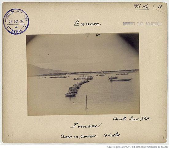 Thuyền ở cửa Hàn Đà Nẵng vào năm 1892 do Camille chụp.
