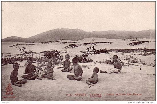 trẻ con trên cồn cát 200 năm trước. ảnh sưu tầm