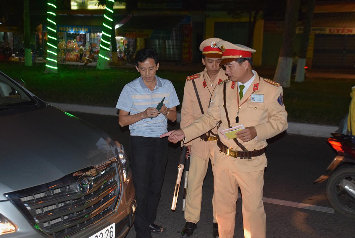 Lực lượng cảnh sát giao thông kiểm tra giấy phép lái xe. Ảnh: THANH THẮNG