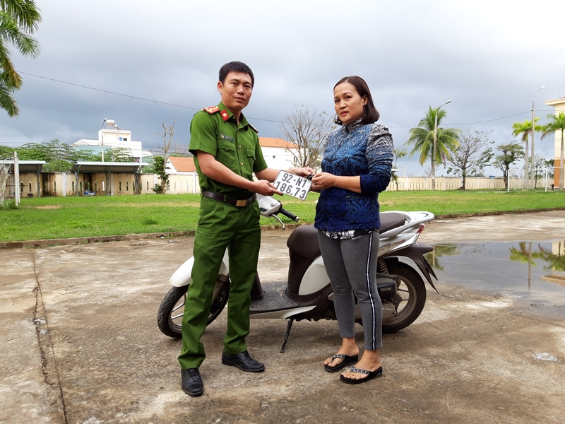 Công an huyện Núi Thành bàn giao xe máy SH Mode cho bà Nguyễn Thị Hạnh Đoan. Ảnh: ĐẠO QUÂN