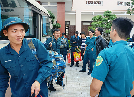 Quân nhân xuất ngũ trở về địa phương.