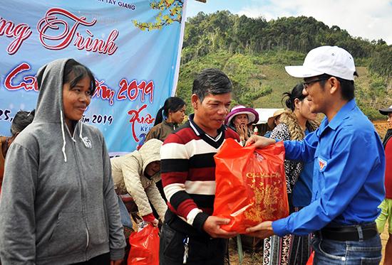 Thanh niên tình nguyện tặng quà tết cho dân. Ảnh: VINH ANH