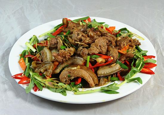 Nhờ chất lượng ngon, thịt heo đen rất được người tiêu dùng ưa chuộng. Ảnh: S.T