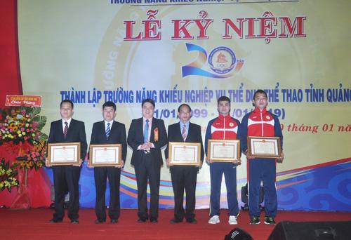 Các VĐV giành huy chương quốc tế năm 2018 và huấn luyện viên nhận bằng khen của UBND tỉnh. Ảnh: T.V