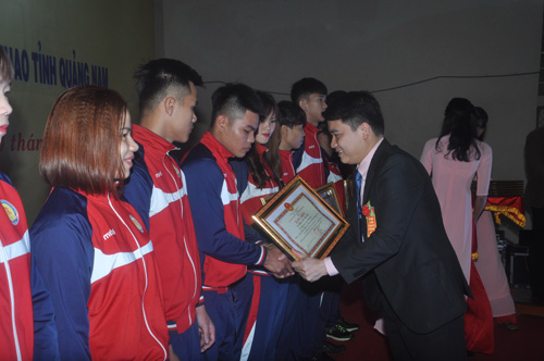 Khen thưởng cho các VĐV giành huy chương Đại hội TD-TT toàn quốc lần thứ VIII. Ảnh: T.V