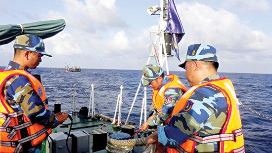 Cứu hộ tàu cá ngư dân bị hỏng máy, trôi dạt. Ảnh: Quốc Nam