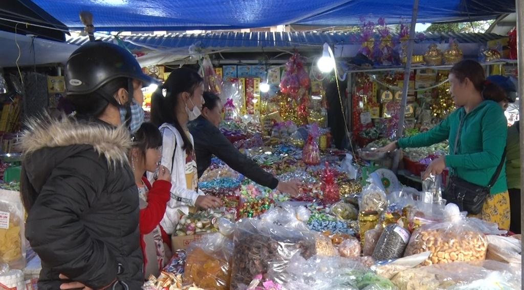 Tại các chợ, bánh, kẹo được bán tràn lan, không rõ nguồn gốc, xuất xứ. Ảnh: M.L