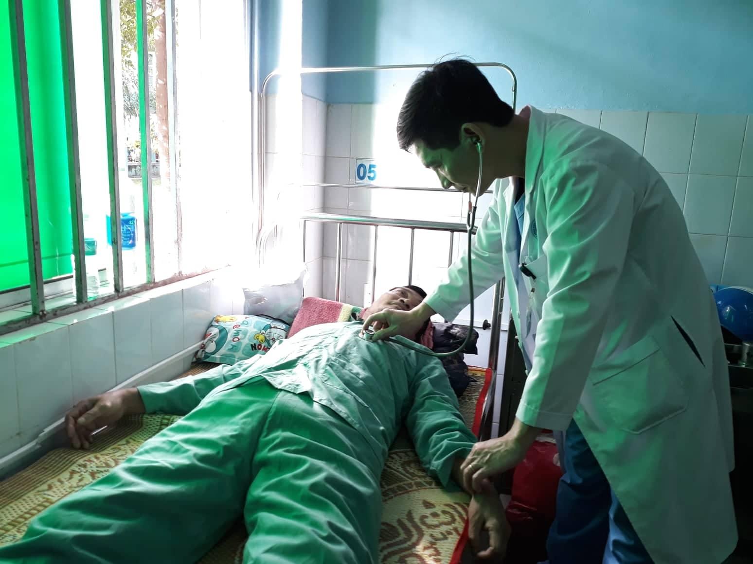 Bác sĩ Nguyễn Lương Quang (Khoa Nội tim mạch) khám cho bệnh nhân S., trước khi xuất viện. Ảnh: C.N