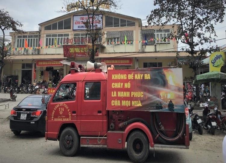 Đội Cảnh sát PCCC và CNCH Bắc Quảng Nam tuyên truyền lưu động ở phố cổ Hội An. Ảnh: NGỌC TRUNG