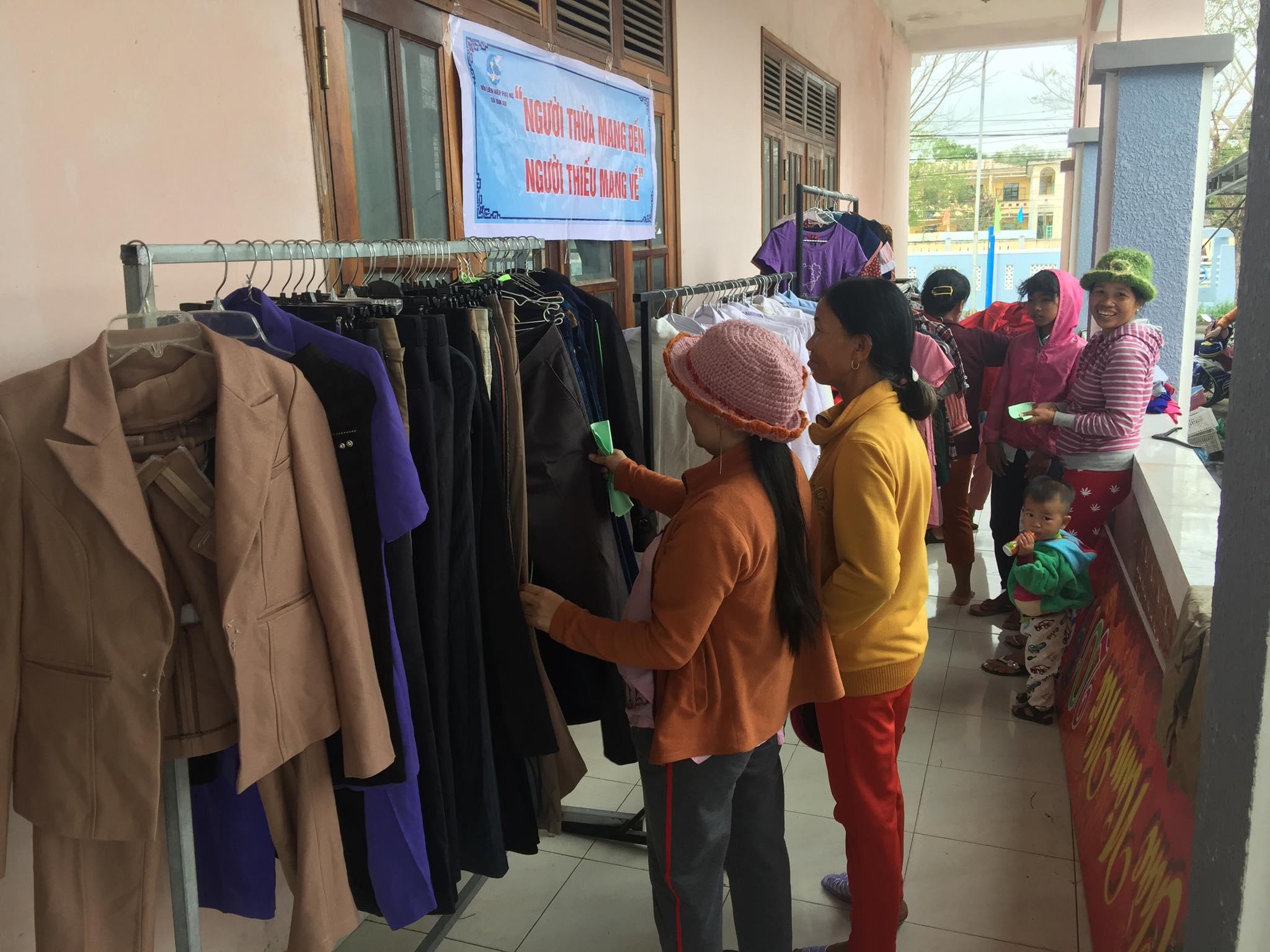 Nhiều bà con chon lấy quần áo cho mình tại gian hàng quần áo từ thiện. Ảnh: L.T