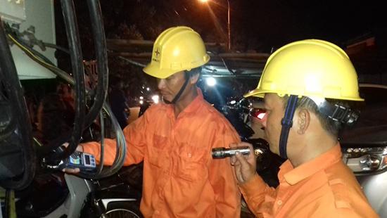 Thợ điện PC Quảng Nam trực 24/24 giờ để vận hành và ứng phó xử lý sự cố kịp thời trong suốt thời gian nghỉ Tết.