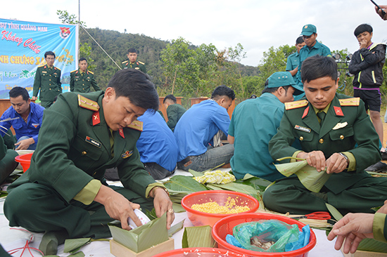 Thi nấu và gói bánh chưng xanh cho người nghèo.