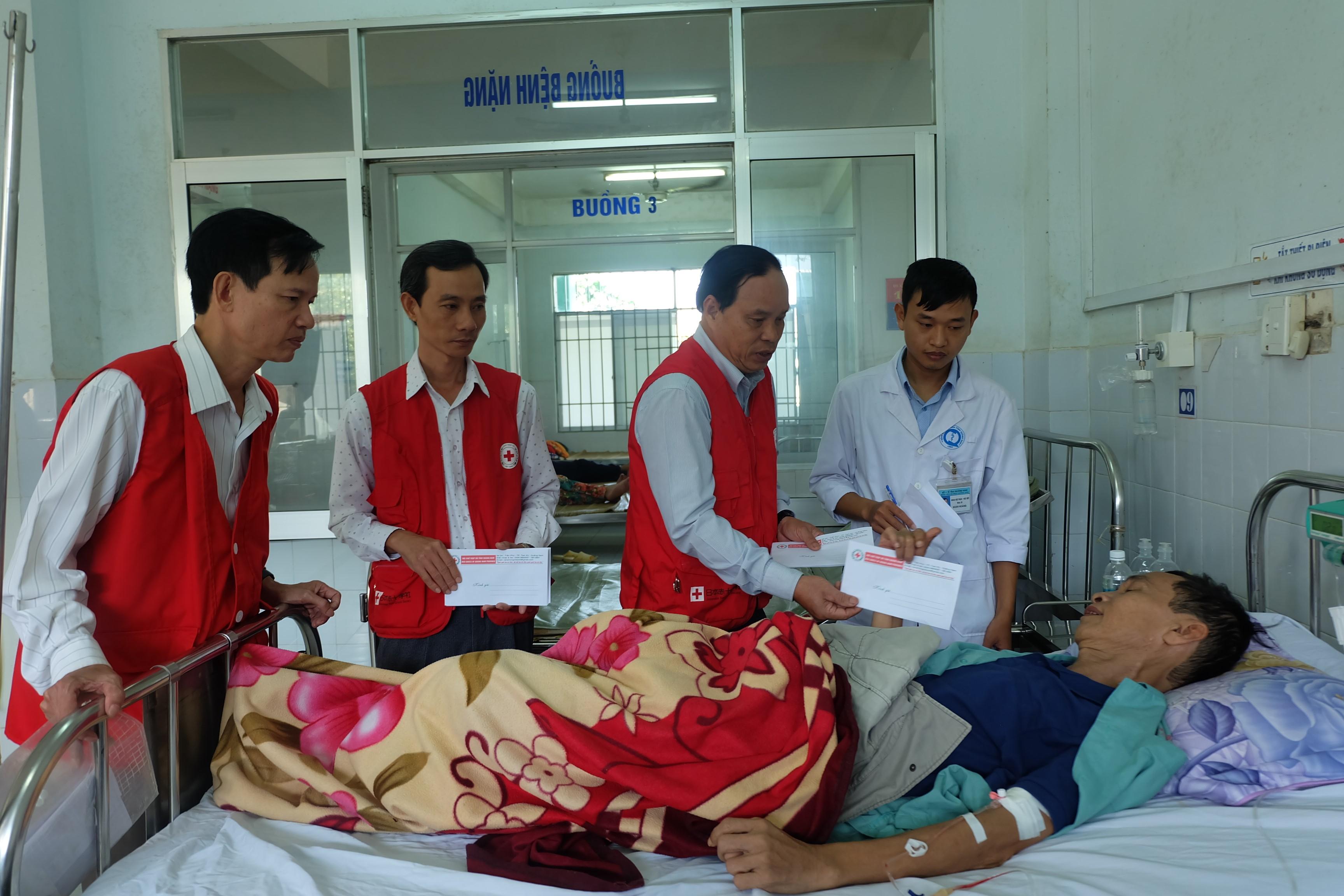 Hội Chữ thập đỏ tỉnh trao tặng quà cho 20 bệnh nhân đang điều trị tại Bệnh viện đa khoa tỉnh. Ảnh: M.L