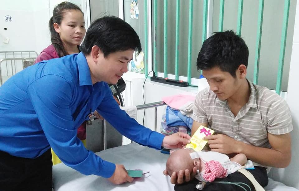 Tỉnh đoàn, Hội đồng đội tỉnh thăm và lì xì các em nhỏ tại Bệnh viện Nhi Quảng Nam. Ảnh: PHAN TUẤN