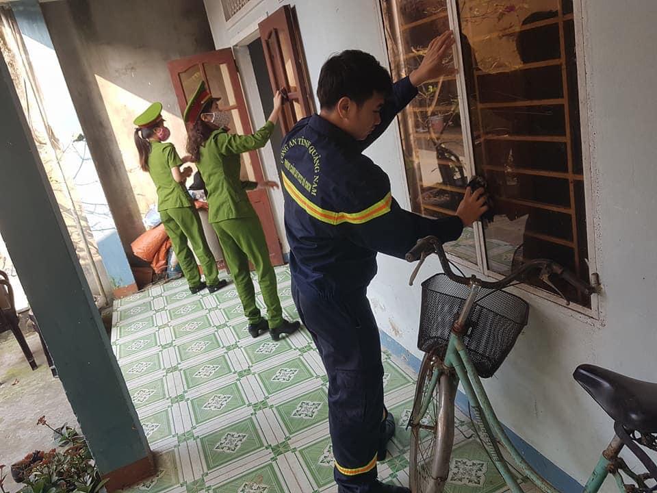 Đoàn viên Phòng Cảnh sát PCCC&CNCH, Công an tỉnh dọn vệ sinh nhà cửa cho người già neo đơn. Ảnh: PHAN TUẤN