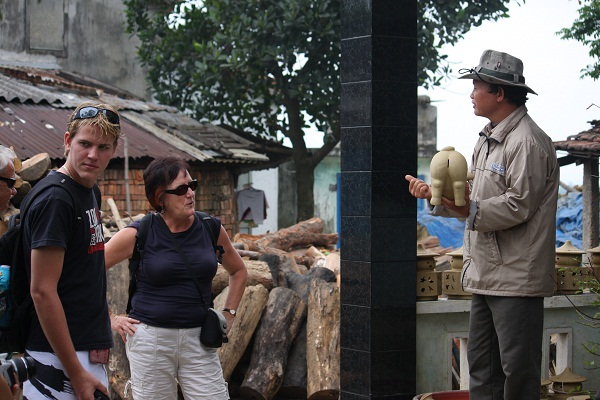 Visitors to Thanh Ha pottery village are very interested in the story of the pig on the occasion of the year of the pig.