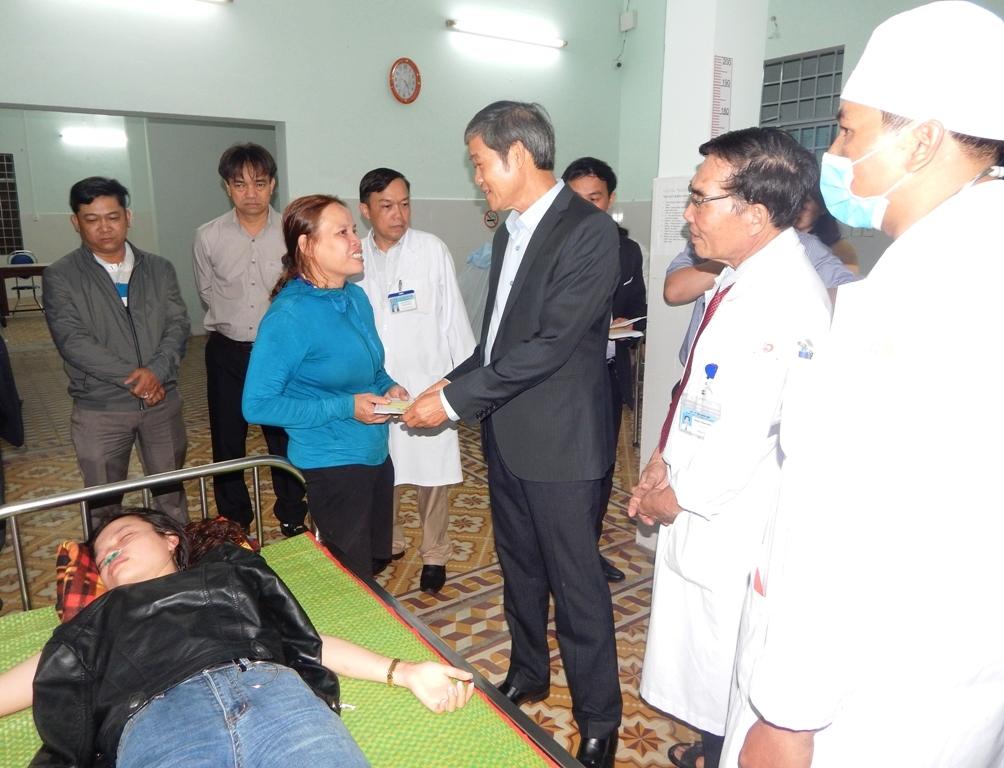 Lãnh đạo TP. Tam Kỳ thăm, tặng quà động viên gia đình bệnh nhân đón giao thừa Tết Kỷ Hợi tại Trung tâm Y tế Tam Kỳ.