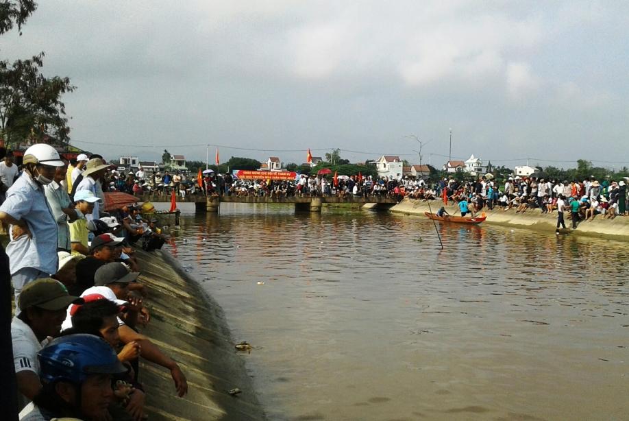 Hội đua thuyền thu hút khá đông khán giả đến dự xem và cổ vũ.
