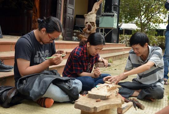 Du khách trải nghiệm nghề chạm trổ gỗ