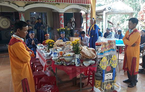 Lễ cúng lăng Ông ở thôn Bình Yên (xã Phước Ninh, Nông Sơn). Ảnh: T.M