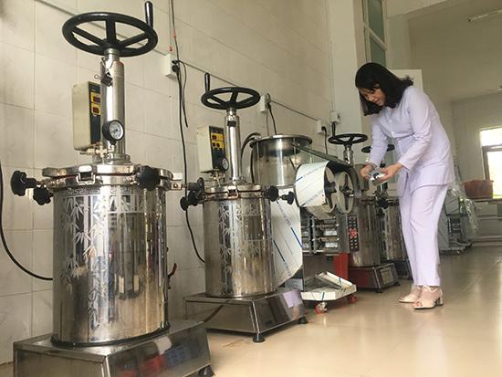 Hệ thống máy sắc thuốc và đóng gói hiện đại tại Bệnh viện Y học cổ truyền tỉnh.  Ảnh: X.H