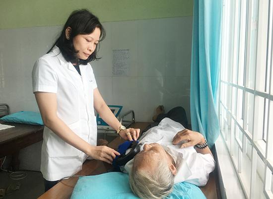 Điều trị bằng xung điện là kỹ thuật hiện đại được Bệnh viện Y học cổ truyền tỉnh áp dụng.