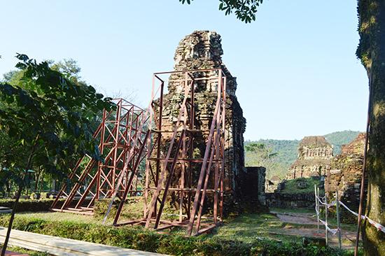 Tháp B3 đang được chằng chống bằng những khung sắt phòng ngừa ngã đổ. Ảnh: V.LỘC