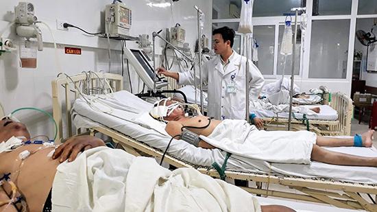 """Bác sĩ Trần Vũ Kiệt bên bệnh nhân đã được áp dụng phương pháp """"siêu lọc máu"""". Ảnh: C.N"""