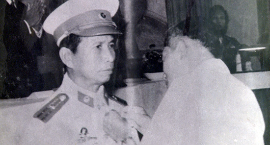 Thừa ủy quyền Chủ tịch nước, Bí thư Tỉnh ủy QN-ĐN Hồ Nghinh trao danh hiệu Anh hùng LLVT cho Trần Văn Tư.  (Chụp lại ảnh tư liệu)