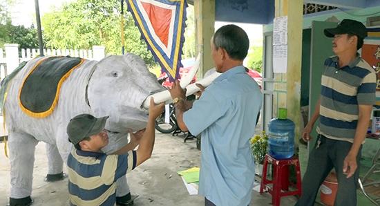 Các nghệ nhân ở tổ 13, thôn Phước Ấm, xã Bình Triều tham gia tạo hình con voi trong tích Hai Bà Trưng cưỡi voi ra trận.