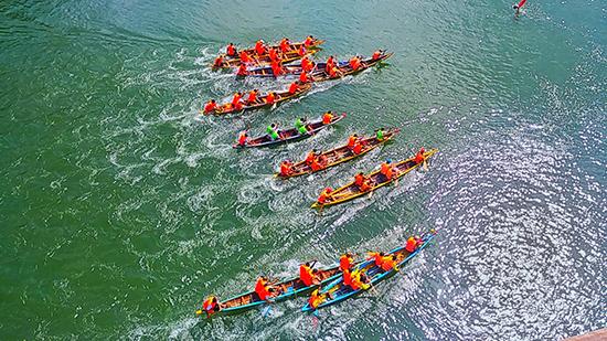 Các vận động viên tranh tài trên từng mét nước. Ảnh: QUANG THƠM