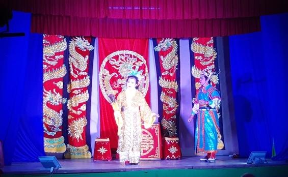Diễn viên Thu Trang thủ cả hai vai quận chúa Phượng Liên và công chúa Quỳnh Mai. Ảnh: H.LIÊN