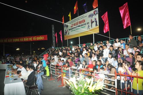 Khá đông khán giả dự xem và cổ vũ. Ảnh: T.V