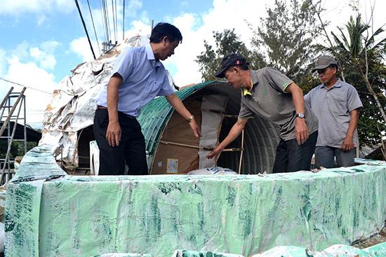 Ông Trương Công Hùng góp ý với người dân tổ 13, thôn Phước Ấm thực hiện bàn cộ Điện Biên Phủ. Ảnh: QUANG VIỆT