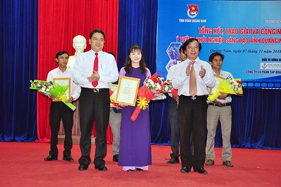 Phó Chủ tịch UBND tỉnh Trần Văn Tân và ông Phạm Ngọc Sinh - Phó Giám đốc Sở KH&CN trao giải Nhất cho tác giả đoạt giải tại cuộc thi ý tưởng khởi nghiệp. Ảnh: VINH ANH