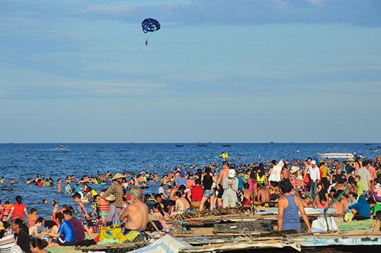 Hoạt động của Hiệp hội Du lịch Quảng Nam đóng góp đáng kể vào sự phát triển du lịch của tỉnh thời gian qua.  TRONG ẢNH: Bãi tắm An Bàng (Hội An) thu hút khách. Ảnh: Q.T