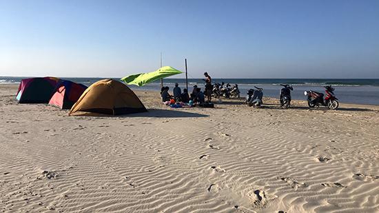 Một nhóm gia đình đến cắm trại ăn tết trên vùng biển Tam Hải. Ảnh: Hải Hoàng