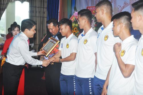 Phó Chủ tịch UBND tỉnh Lê Văn Thanh trao bằng khen cho các cá nhân. Ảnh: T.V