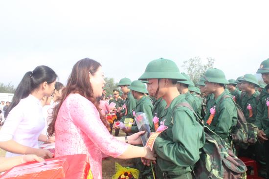 Trưởng Ban Dân vận Tỉnh ủy Nguyễn Thị Thu Lan tặng hoa, quà chúc mừng tân binh. Ảnh: D.L