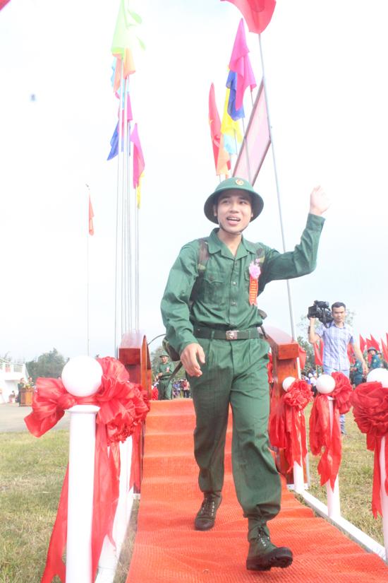 Tân binh bước qua cầu vinh quang lên đường thực hiện nghĩa vụ quân sự. Ảnh: D.L