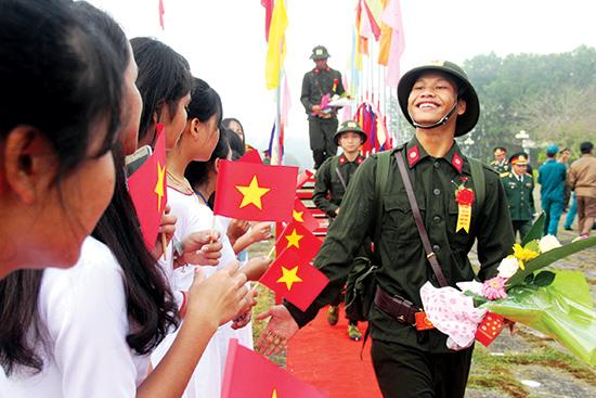 Thanh niên vùng cao Quảng Nam hăng hái lên đường nhập ngũ năm 2018.Ảnh: ALĂNG NGƯỚC