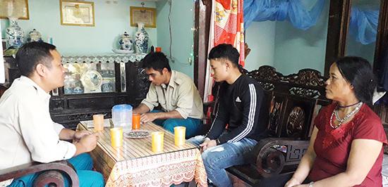 Đại diện Ban Chỉ huy Quân sự thị trấn Thạnh Mỹ, huyện Nam Giang động viên thanh niên trước ngày lên đường nhập ngũ. Ảnh: VĂN THỦY