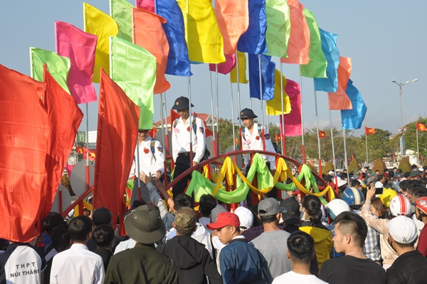 Đông đảo nhân dân đến đưa tiễn các tân binh huyện Núi Thành lên đường làm nghĩa vụ bảo vệ Tổ quốc. Ảnh: N.Đ