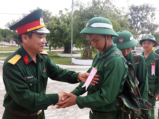 Lãnh đạo Trung đoàn 885 động viên các tân binh nhập ngũ về đơn vị.