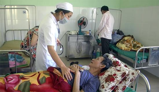 Bác sĩ Bệnh viện Phạm Ngọc Thạch với bệnh nhân.