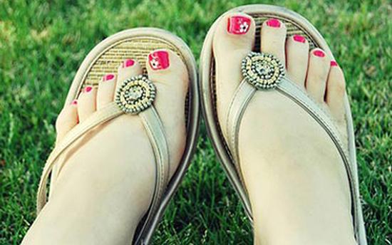 Khi đi bộ với loại dép tông (hoặc dép xỏ ngón) có thể là nguyên nhân khiến cơ thể đau nhức toàn thân. (Ảnh minh họa)
